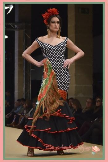 Traje de flamenca de lunares blancos sobre negro y rojo de Ángeles Verano en Pasarela Flamenca Jerez 2018