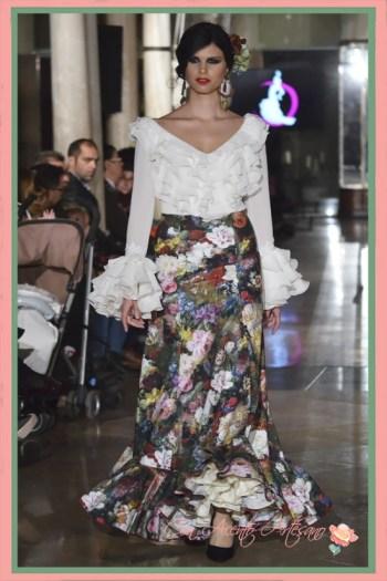 Traje de flamenca dos piezas de camisa blanca y falda estampada de El Madroñal