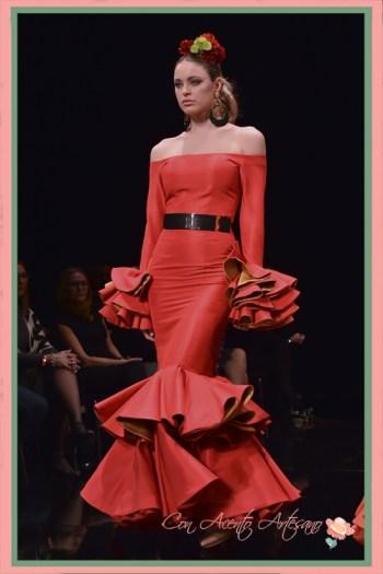 Traje de flamenca rojo y amarillo escote palabra de honor de Miríam Galvín en SIMOF 2018