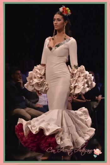 Traje de flamenca en tono maquillaje con talle bajo y vuelo canastero de Miríam Galvín en SIMOF 2018