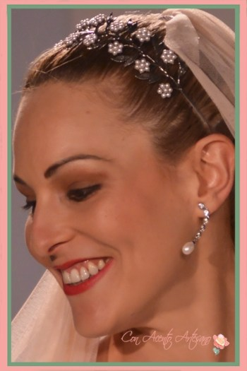 Perlitas naturales formando flores para esta banda o pasadana de novia de José Álvarez Joyeros