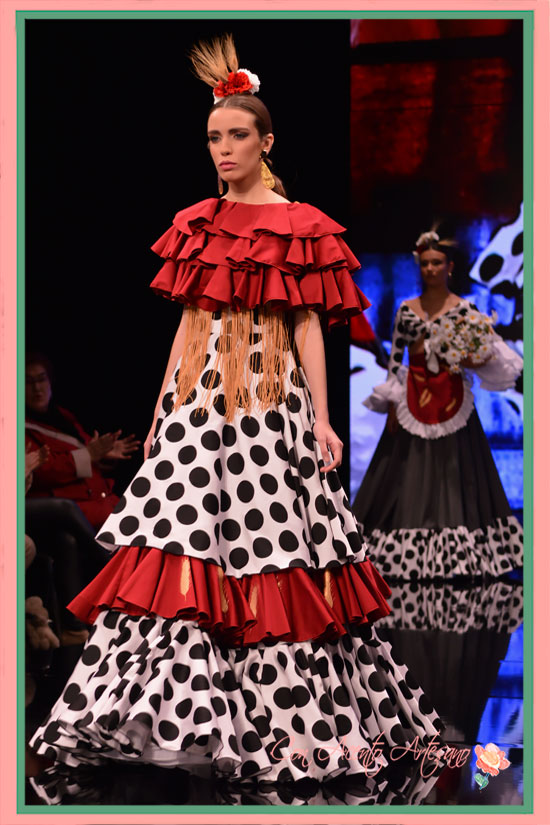 Traje de flamenca estilo rociero de Lourdes Escot en SIMOF2018