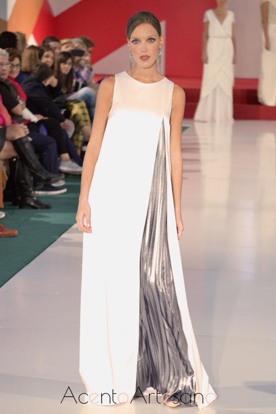 Vestido de novia con vuelo de capa y nesga en gris tableado de Belyca