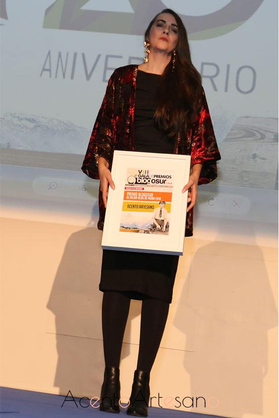 En la imagen sostengo ya mi Premio Blogosur como Mejor Blog de Moda 2018