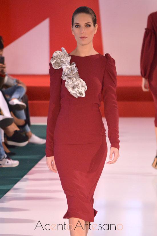 Vestido en rojo de silueta lápiz y largo midi de Manuela Martínez