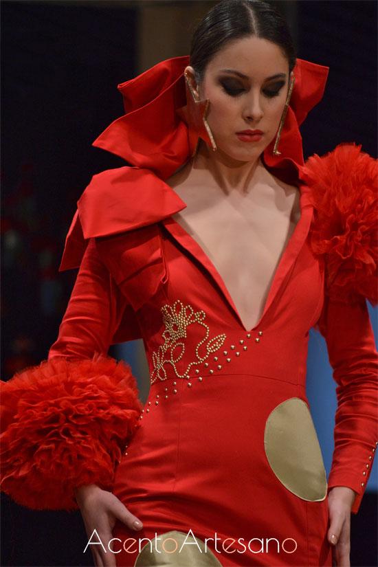 Vestido de flamenca rojo de escote uve y asimetría en hombros de Pepa Mena