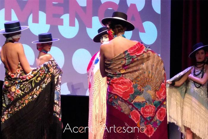 Desfile de mantones de Ángeles Espinar en la presentación de Flamenca el libro de SIMOF