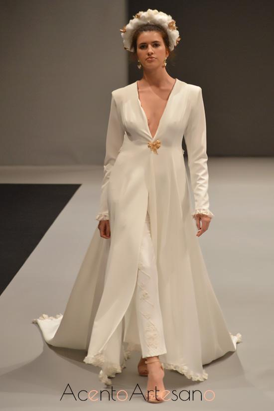 Abrigo de novia para pantalón de María Amador