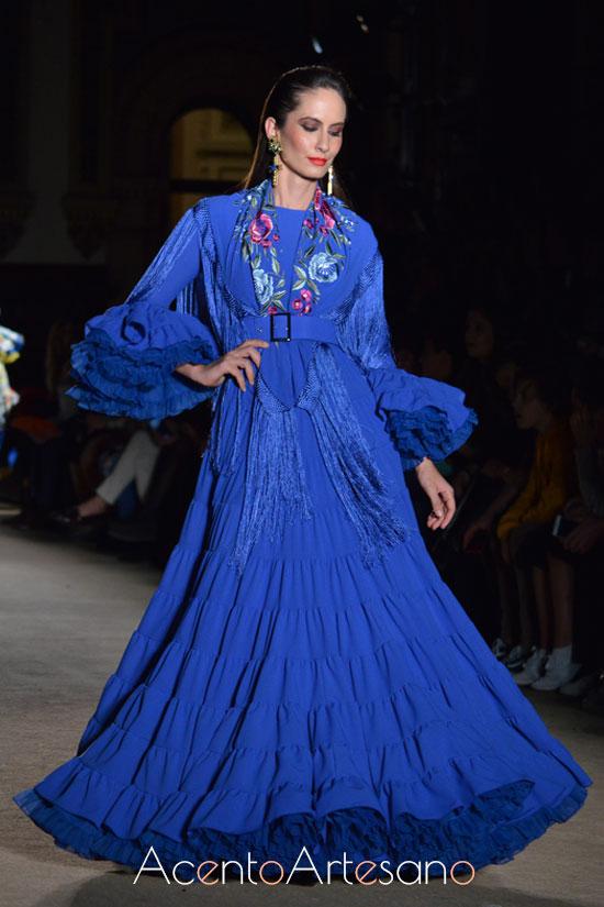 Traje de flamenca en azul añíl de Pablo Retamero y Juanjo Bernal