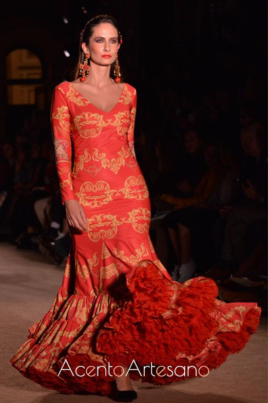 Traje de flamenca rojo de vuello evasé y estampado barroco de Pablo Retamero y Juanjo Berna