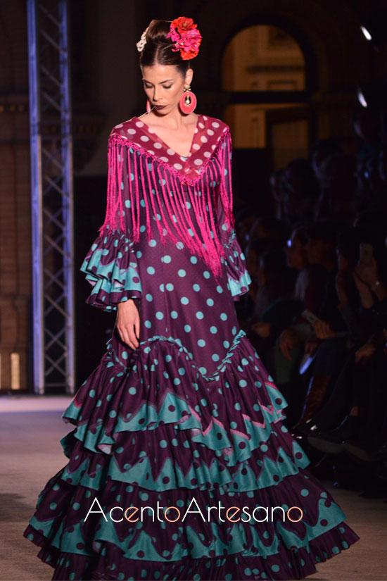 Traje de flamenca berenjena con lunar turquesa de Ángela y Adela