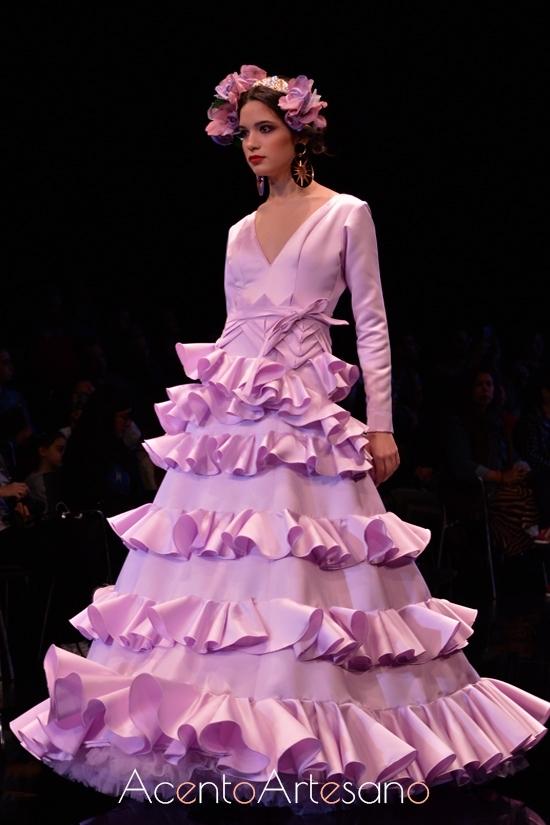 Traje de flamenca violeta de vuelo setentero de Aurora Ruíz