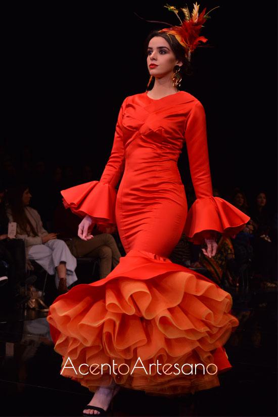 Traje de flamenca rojo de enaguas naranjas.