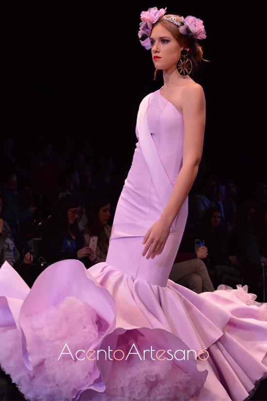 Traje de flamenca lila con asimetría en hombros de Aurora Ruíz