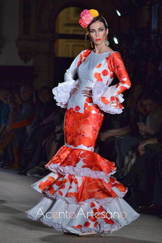 Traje de flamenca blanco de flores naranjas de Carmen Acedo