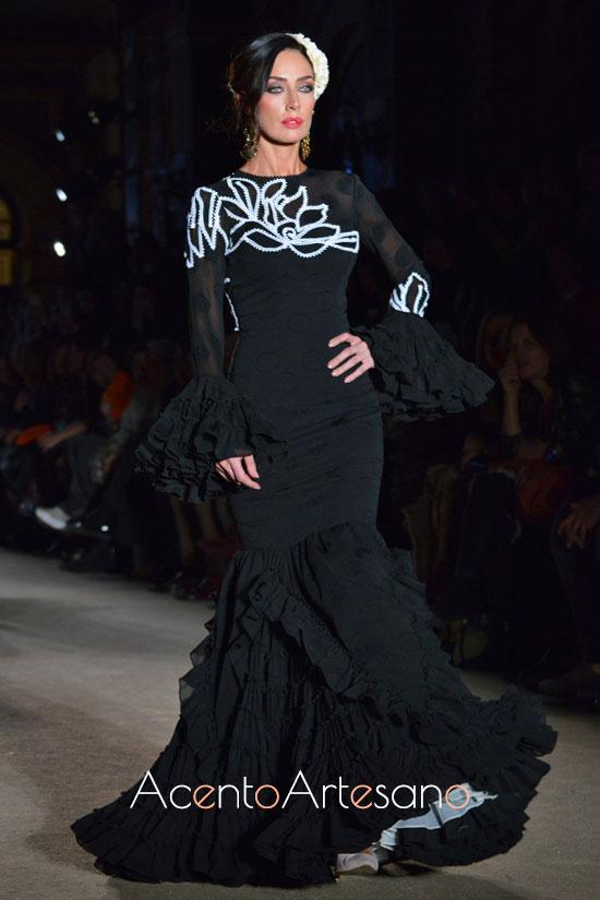 Traje de flamenca negro con dibujo en piquillo blanco de Carmen Acedo