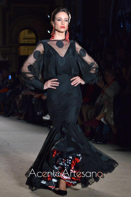 Traje de flamenca negro de enaguas rojas, blancas, negras y de lunares de Carmen Acedo