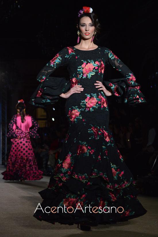 Traje de flamenca negro con estampado de flores de El Ajolí