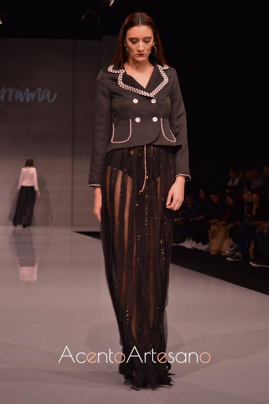 Chaqueta negra cortita a juego con falda larga de Eva Valderrama