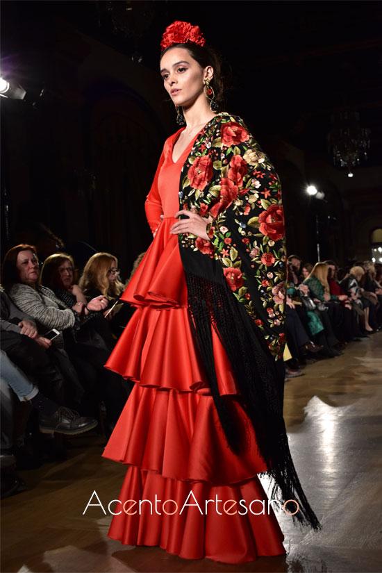 Traje de flamenca rojo de volantes al hilo de Johanna Calderón