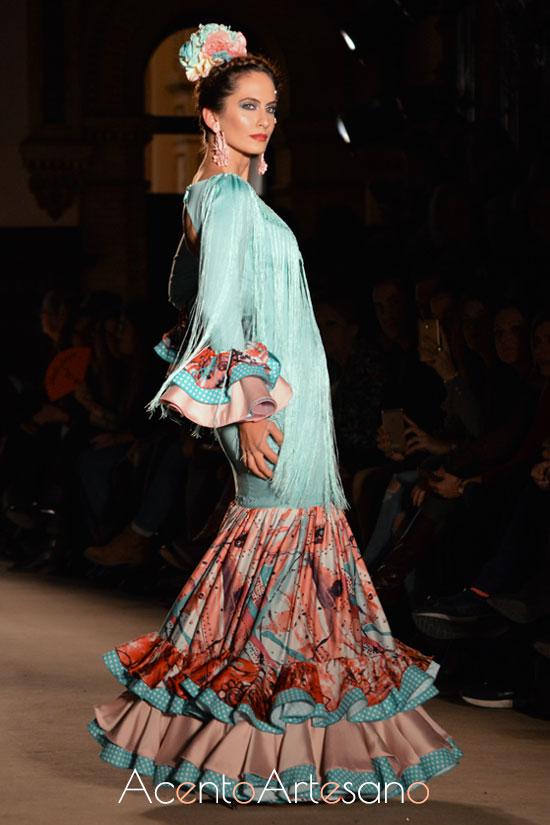 Traje de flamenca celeste de vuelo estampado de Lola Azahares