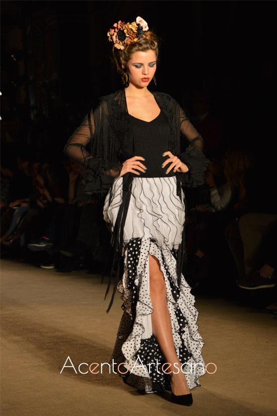 Vestido de flamenca blanco y negro con volantitos verticales de Lola Azahares