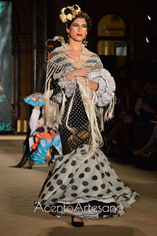 Traje de flamenca blanco y negro con lunares en dos tamaños de Lola Azahares