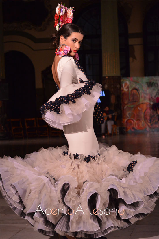 Traje de flamenca blanco de Victoria García para la Romería de la Virgen de la Cabeza