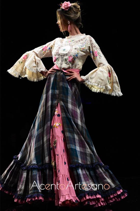 Traje de flamenca de falda de cuadros y camisa bordada de Atelier Rima