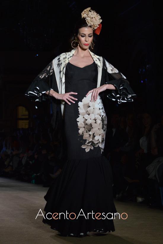 Traje de flamenca negro con flores de Ángeles Verano