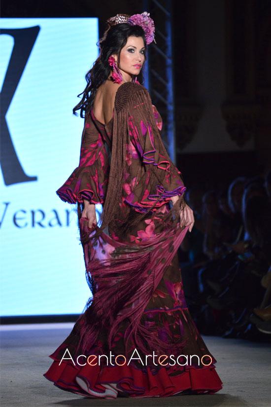 Traje de flamenca en marrón y buganvilla de Ángeles Verano