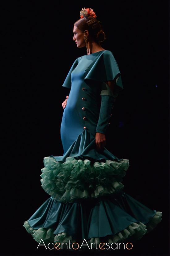 Traje de flamenca verde con cuerpo de botones y mangas ajustadas de Cristina Vázquez