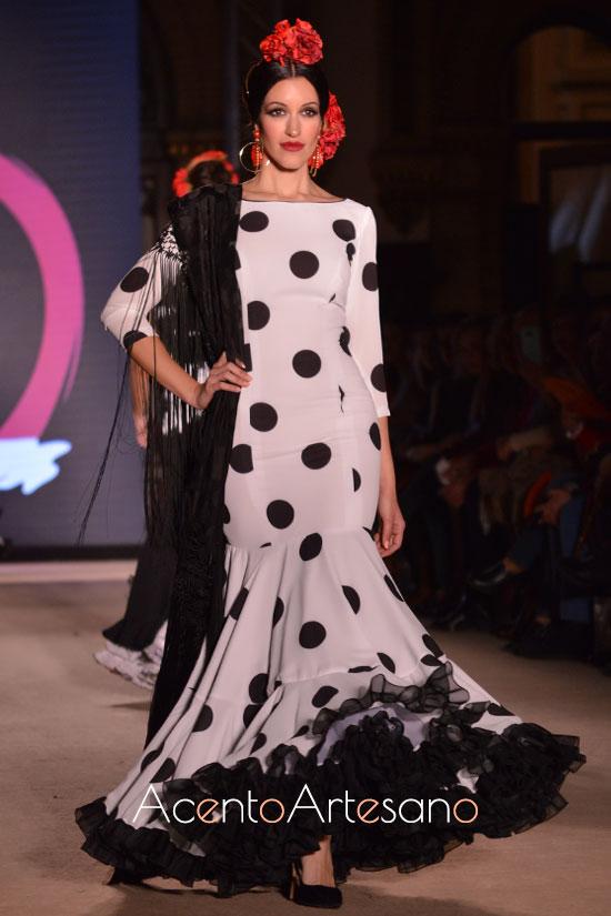 Traje de flamenca blanco de lunar negro de El Madroñal