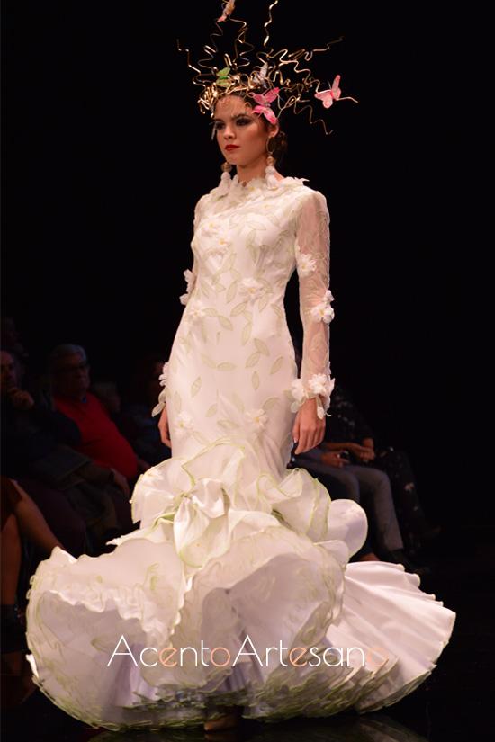 Traje de flamenca blanco con aplicaciones de margaritas de Francisco Tamaral