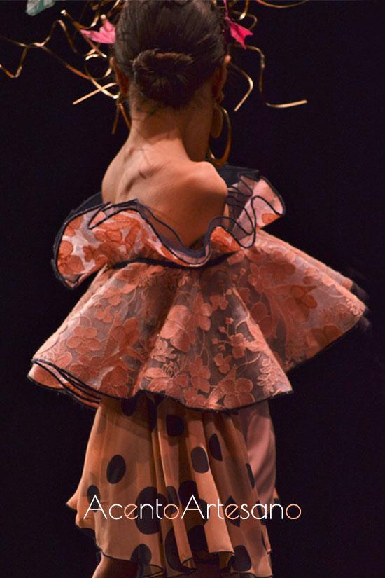 Escote de volante en estilismo flamenco de Francisco Tamaral