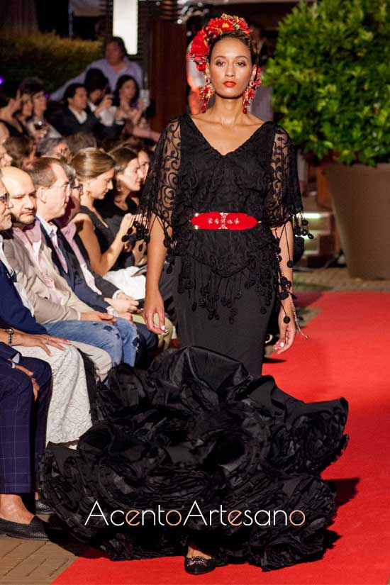 Traje de flamenca negro con cinturón de Carmen Vega