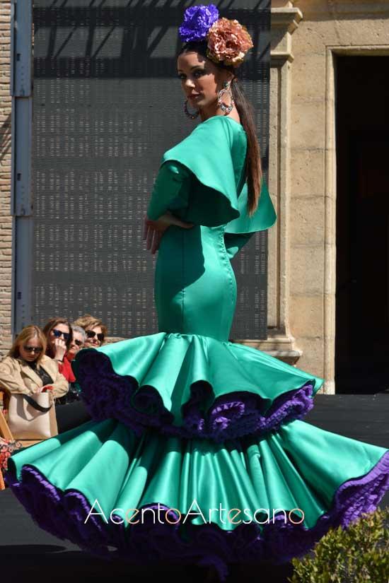 Traje de flamenca verde con enaguas moradas  de Rebeca Moda Flamenca