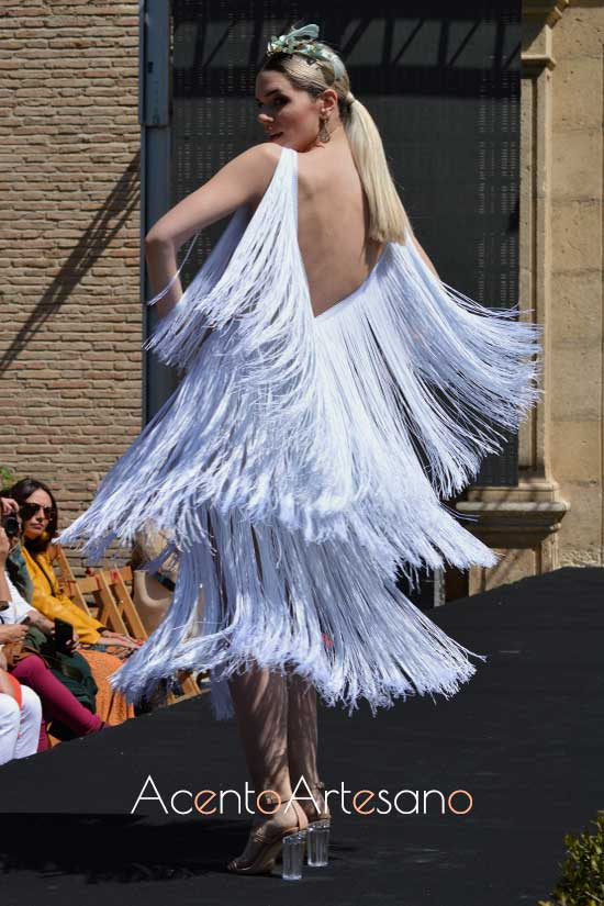 Vestido blanco de flecos  de Rebeca Moda Flamenca