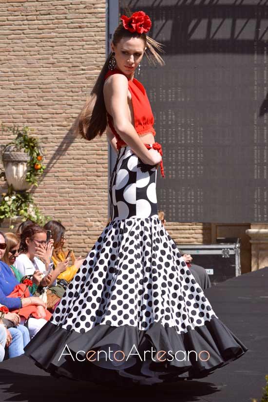Traje de flamenca de lunares blancos  de Rebeca Moda Flamenca