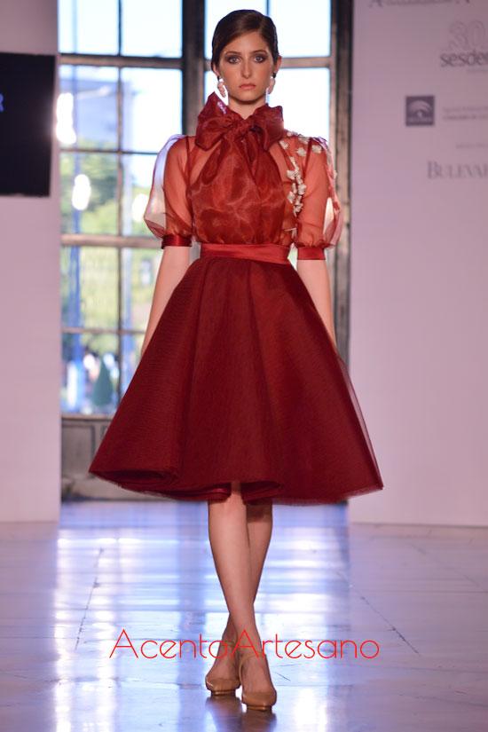 Estilismo en rojo de línea ladylike de Pedro Béjar