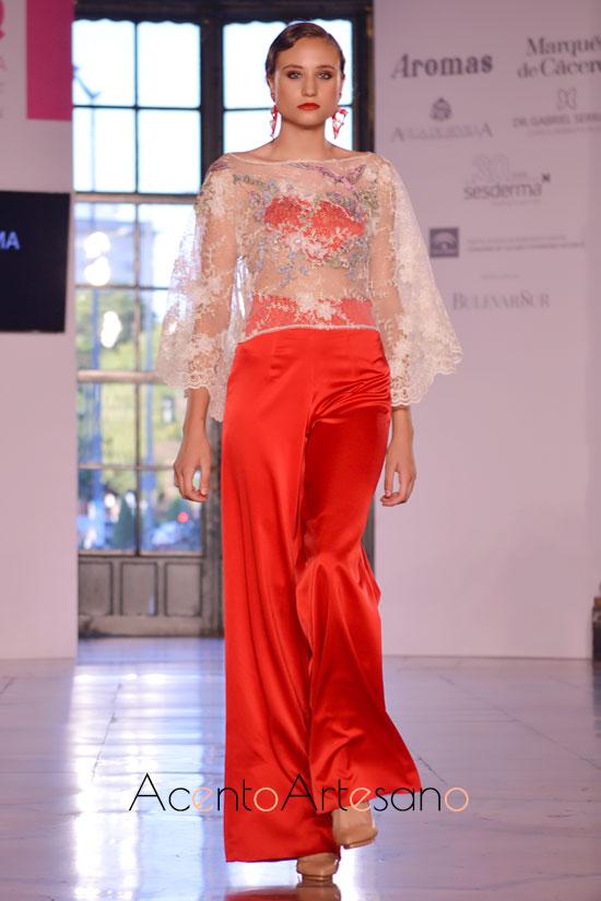 Palazzos en rojo a juego con top de encaje de Atelier Rima