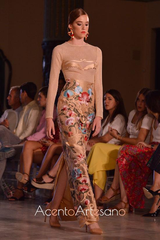 Falda larga tubo y top tipo camiseta de Atelier Rima para invitadas de boda