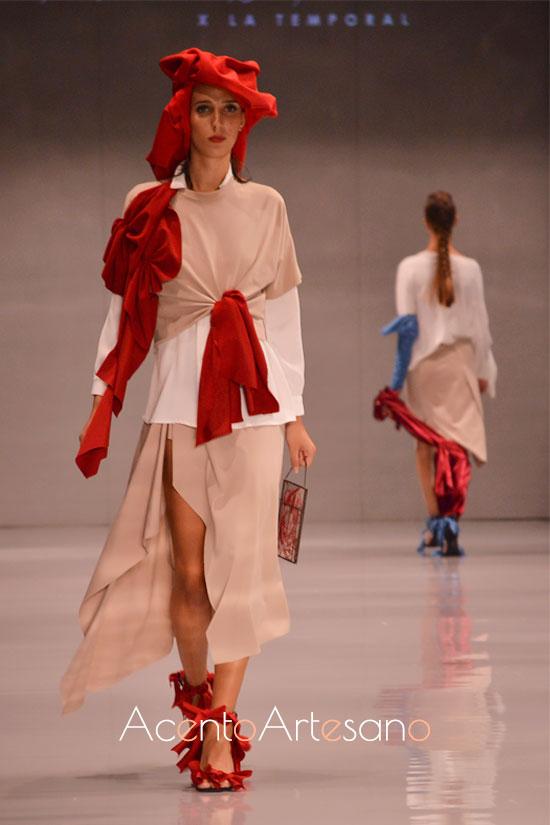 Estilismo en beige y rojo de Fátima Ropero en Code 41 Talent