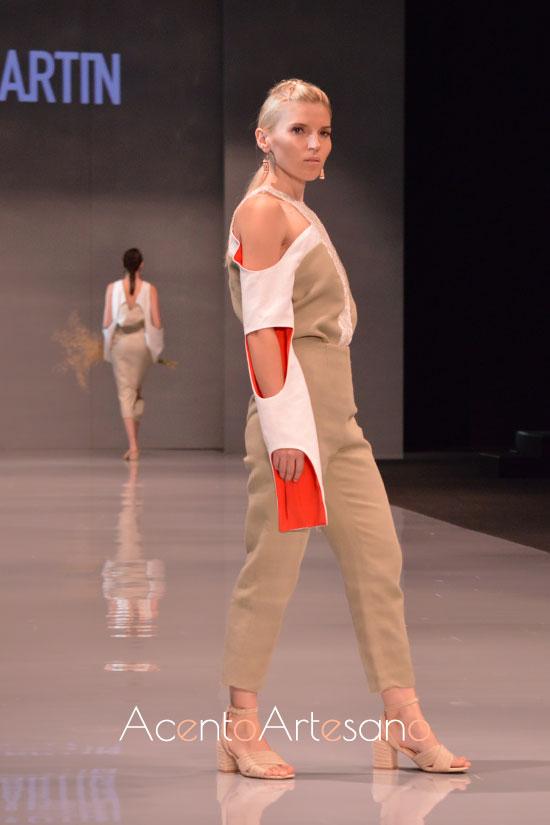 Hombros descubiertos en estilismo pantalón de Iván Martín