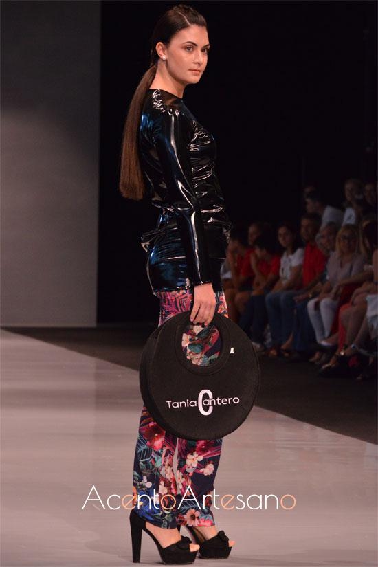 Top negro y pantalones de flores de Tania Cantero