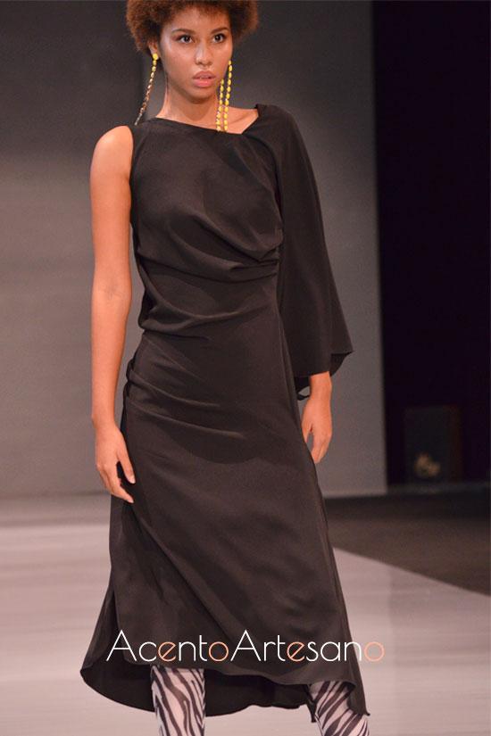 Vestido negro con asimetrías en mangas y bajo de Castillo