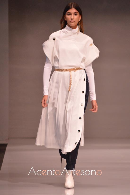 Estilismo urbanita basado en superposiciones de prendas que incluyen top y pantalón a los que cubre vestido largo blanco de Castillo
