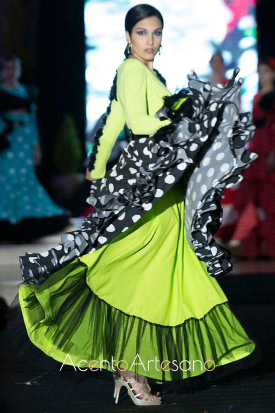 Traje de flamenca en tonos ácidos y negros de Inmaculada Vilchez en Andújar Flamenca 2019