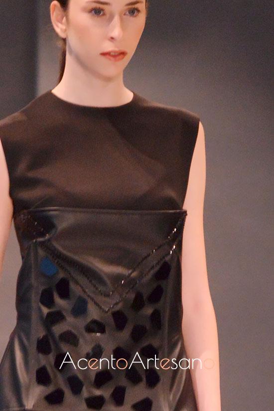 Corpiño negro con aplicaciones de espejo de Tania Cantero
