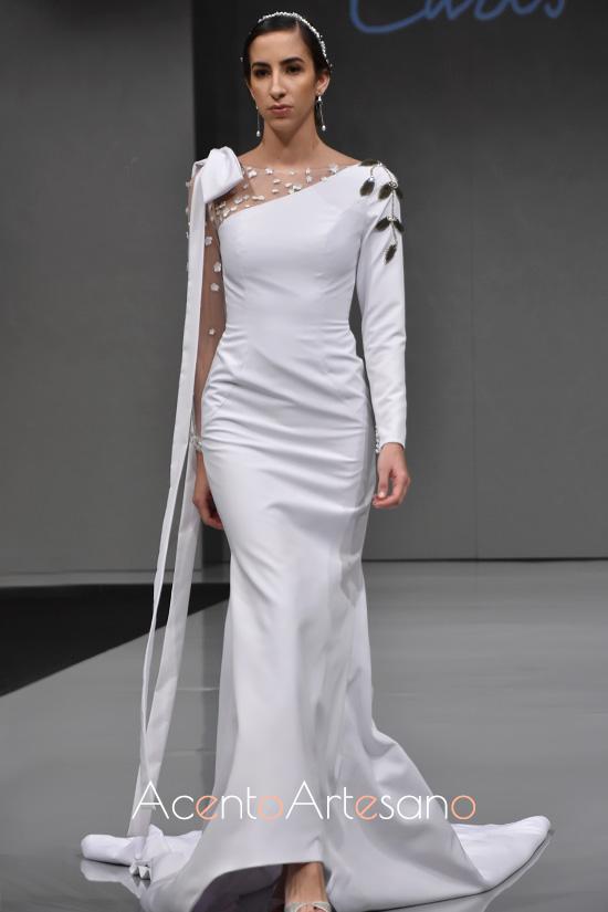 Vestido de novia de silueta sirena con lazada al hombro de Carls Blanc en Sevilla de Boda 2019